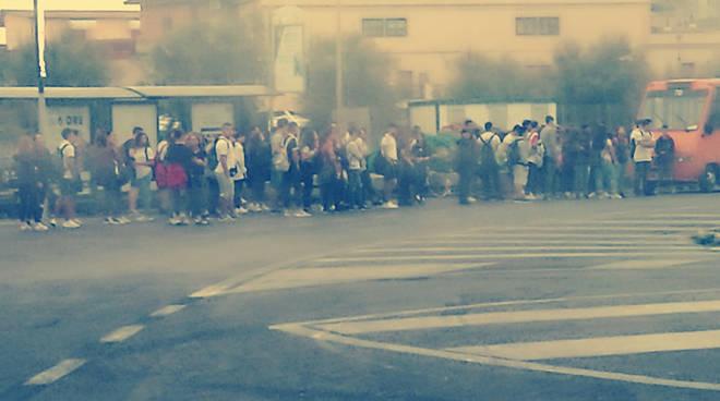 trasporti scolastici caos, studenti a piedi