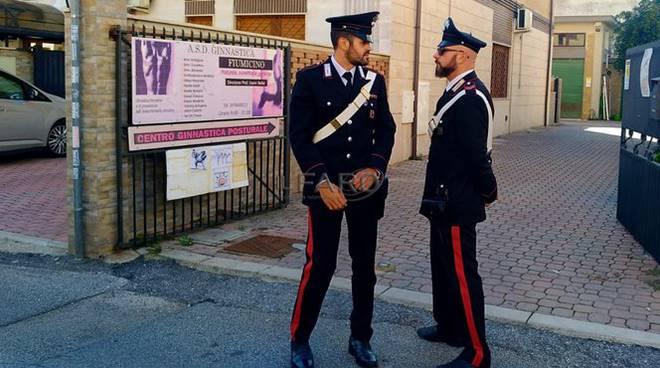 carabinieri davanti alla palestra