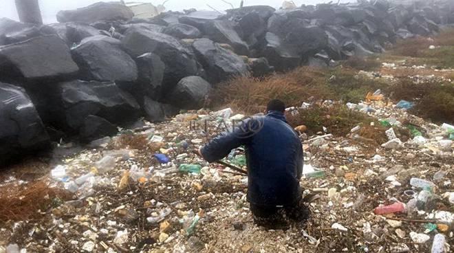 mareggiata rifiuti a passo della sentinella fiumicino