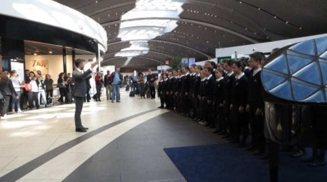 coro voci bianche all'aeroporto