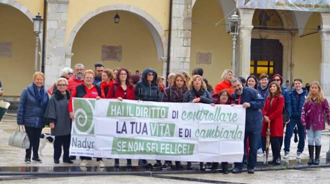 Fondi, grande successo per la passeggiata in rosso contro la violenza sulle donne