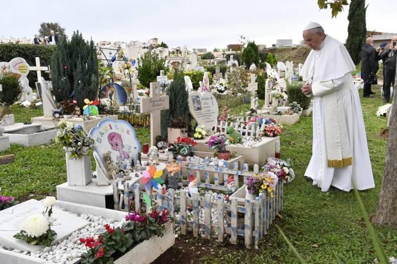 Papa Francesco al Cimitero Laurentino prega per i bambini mai nati