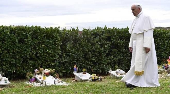 papa francesco cimitero laurentino
