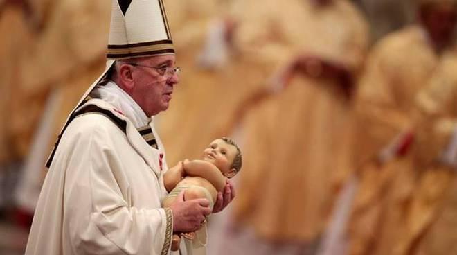 papa francesco messa notte di natale gesù bambino
