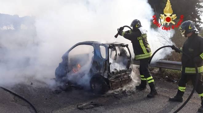 Auto in fiamme sulla Pontina, intervengono i Vigili del fuoco