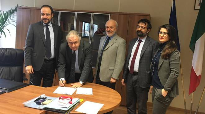 firma del protocollo d'intesa fra Cosimo Peduto ed i Segretari provinciali di Cgil, Cisl, Uil