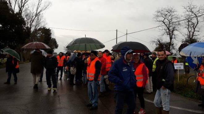 """""""Gilet arancioni"""" bloccano la Pontina, la protesta degli abitanti di Terracina contro una viabilità disastrosa"""