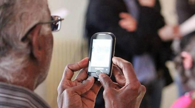 anziani telefono smartphone