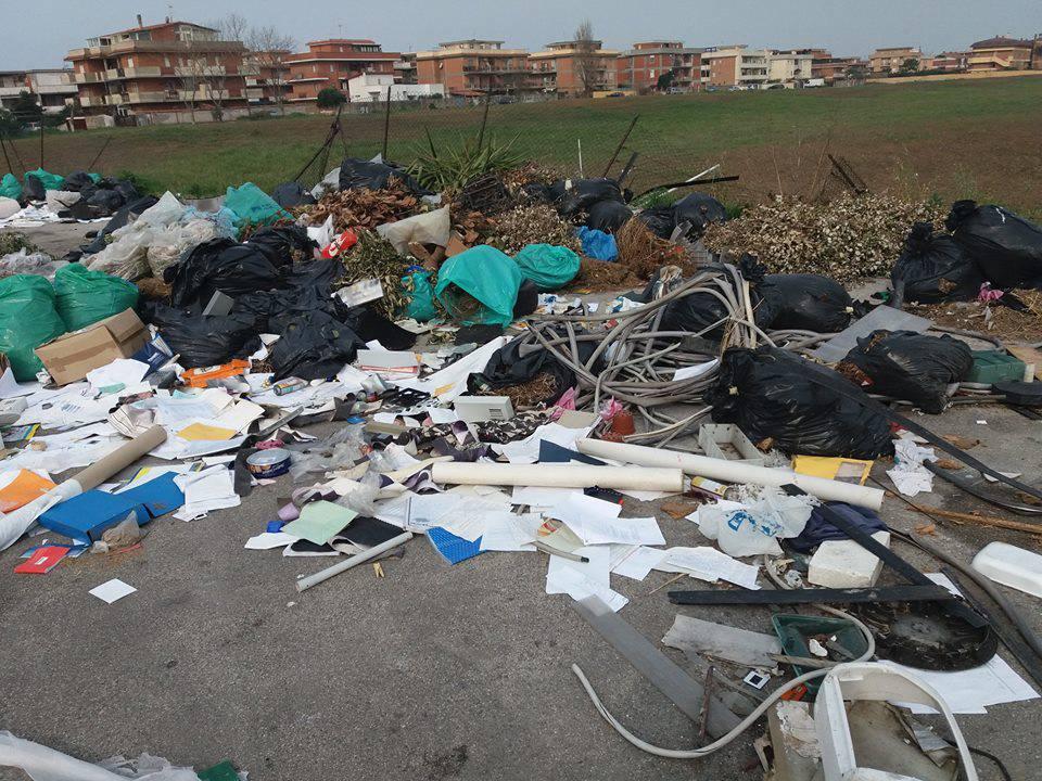 Discarica Parcheggio Via Bergamo_Ardea_2019_04_02