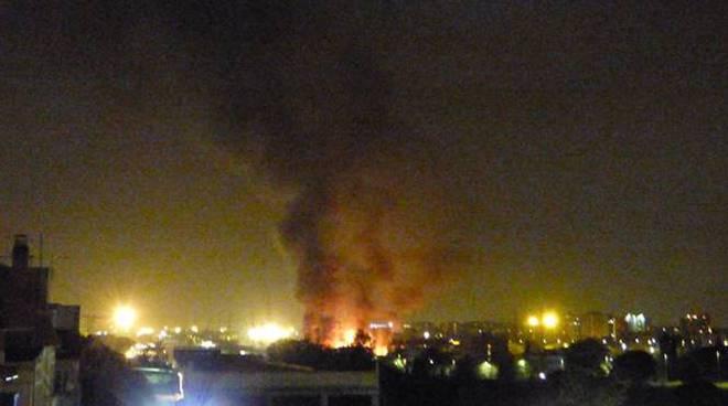 incendio discarica abusiva roma