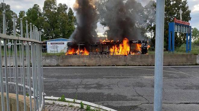Autobus in fiamme a Parco Leonardo