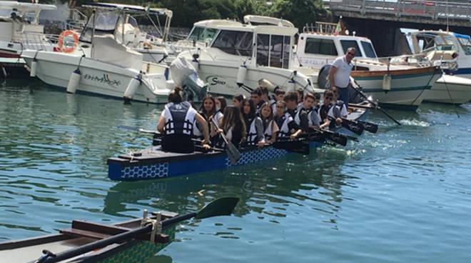 """""""Mare senza barriere"""", i ragazzi delle scuole secondarie solcano le acque di Formia in canoa"""