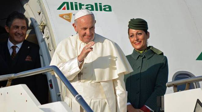 papa francesco aereo alitalia