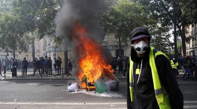 Parigi, via black bloc da corteo clima
