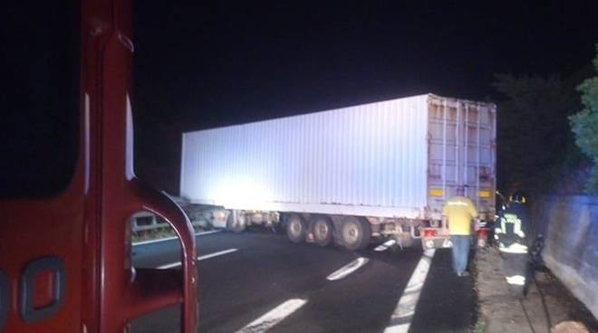 incidente tir civitavecchia