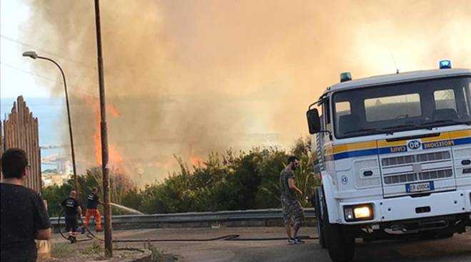 Formia, vasto incendio a Rio Fresco, le fiamme lambiscono le abitazioni
