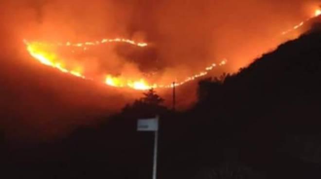 """Il fuoco """"mangia"""" le colline di Formia, operazioni di spegnimento durate circa 15 ore"""