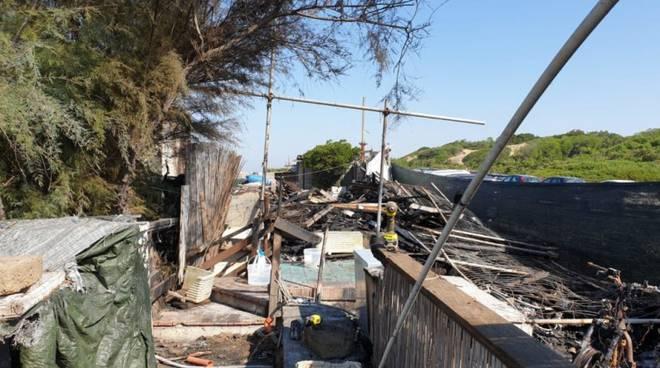 Incendio notturno a Sabaudia, in fiamme una struttura di uno stabilimento balneare