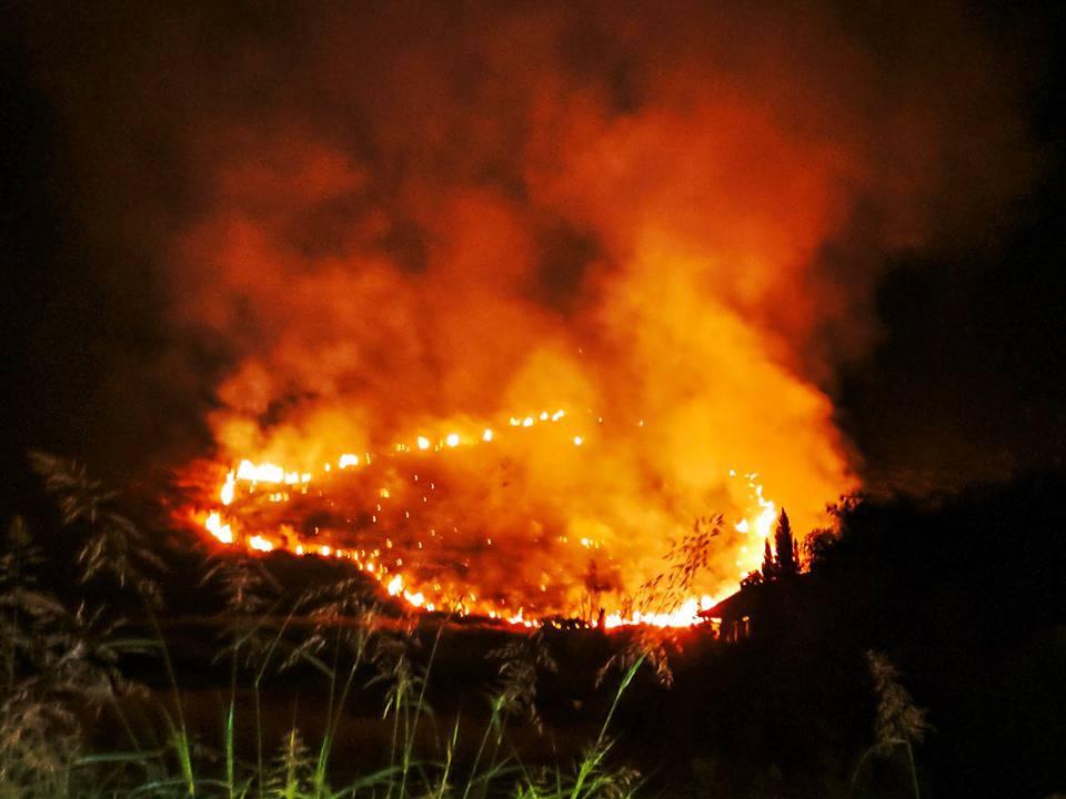 Notte di fuoco a Fondi: vasto incendio colpisce le colline e lambisce le abitazioni
