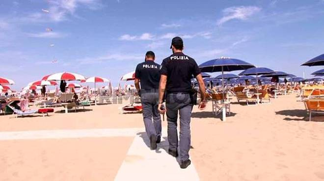 polizia spiaggia estate