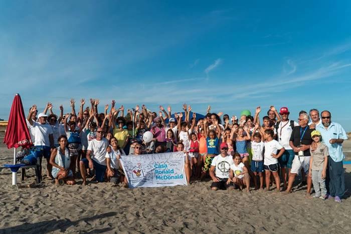 Una regata per i piccoli pazienti del Bambin Gesù, festa sulla spiaggia di Palidoro