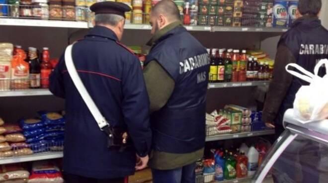 Carabinieri_Chiusura Negozio alimentari etnici