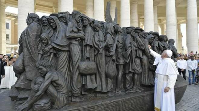 papa statua migranti