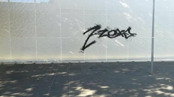 scritte vandaliche stazione