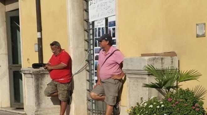 Senza lavoro da oltre 1 anno, si incatenano davanti l'ingresso del Comune di Formia