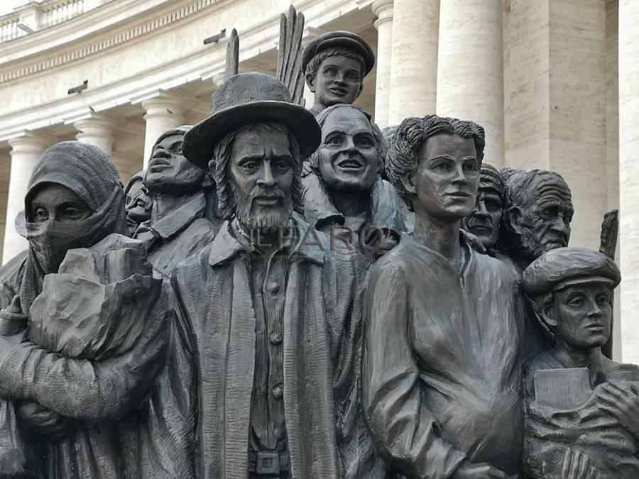 statua migranti in piazza san pietro