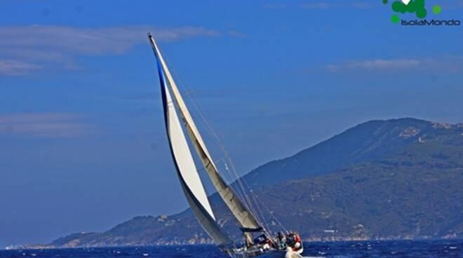 """Al via """"Isolamondo"""", l'avventura di 450 miglia per unire Elba, Ponza, Ventotene, Procida e Ischia"""