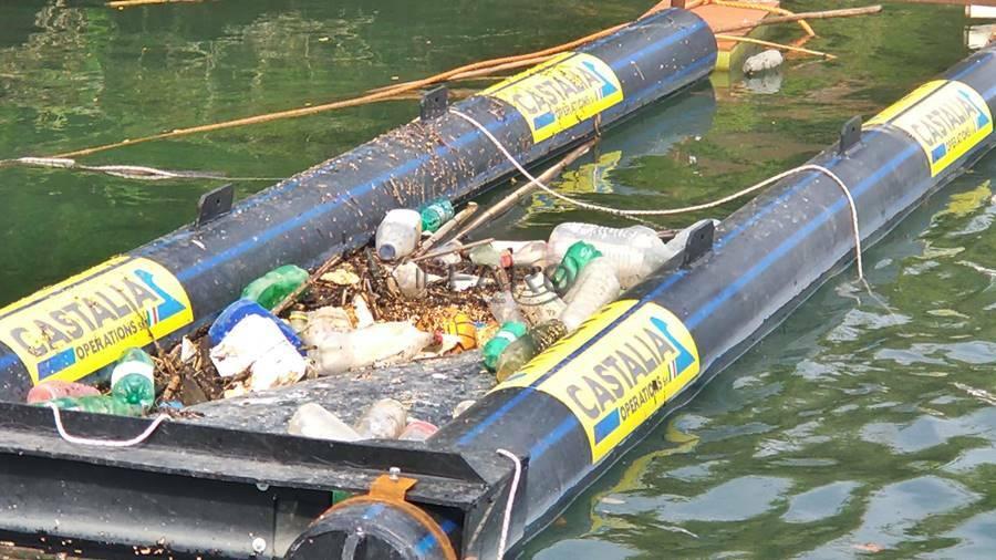 barriera contro rifiuti galleggianti alla foce del tevere