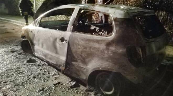 Sabaudia, bruciata l'auto di Annalisa Comandini, la solidarietà dei 5stelle