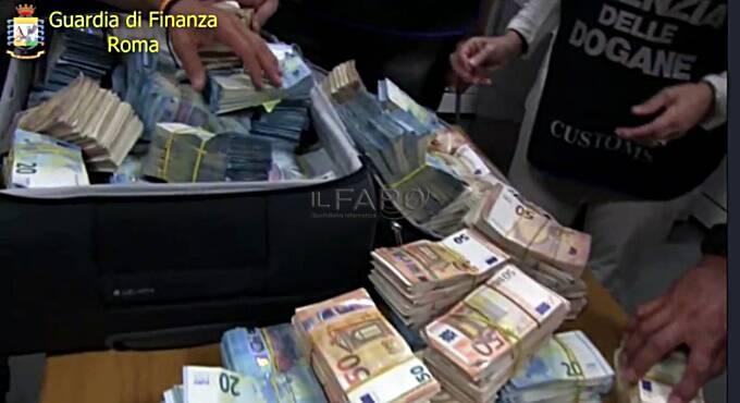 soldi nelle valigie
