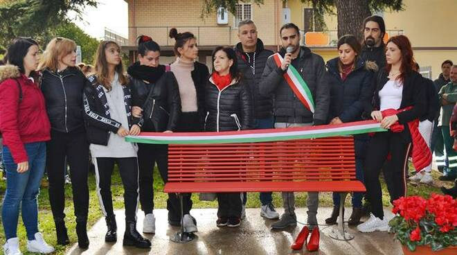 inaugurazione panchina rossa pomezia
