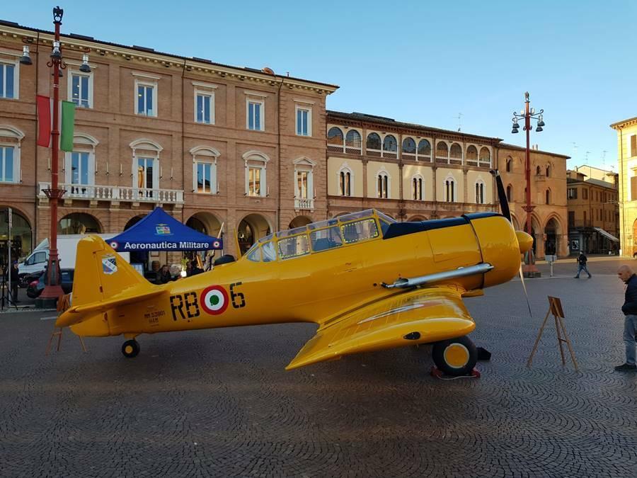 t6 north american aereo giallo esposto a forlì