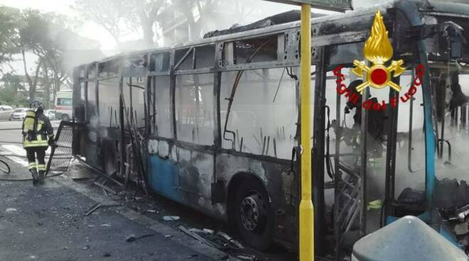 bus in fiamme roma