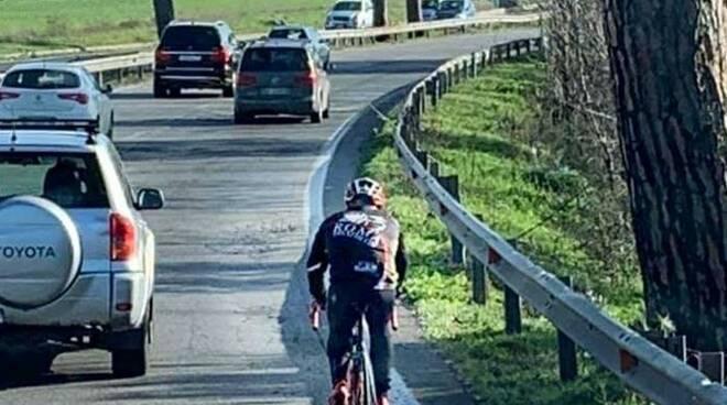 ciclista sulla pontina