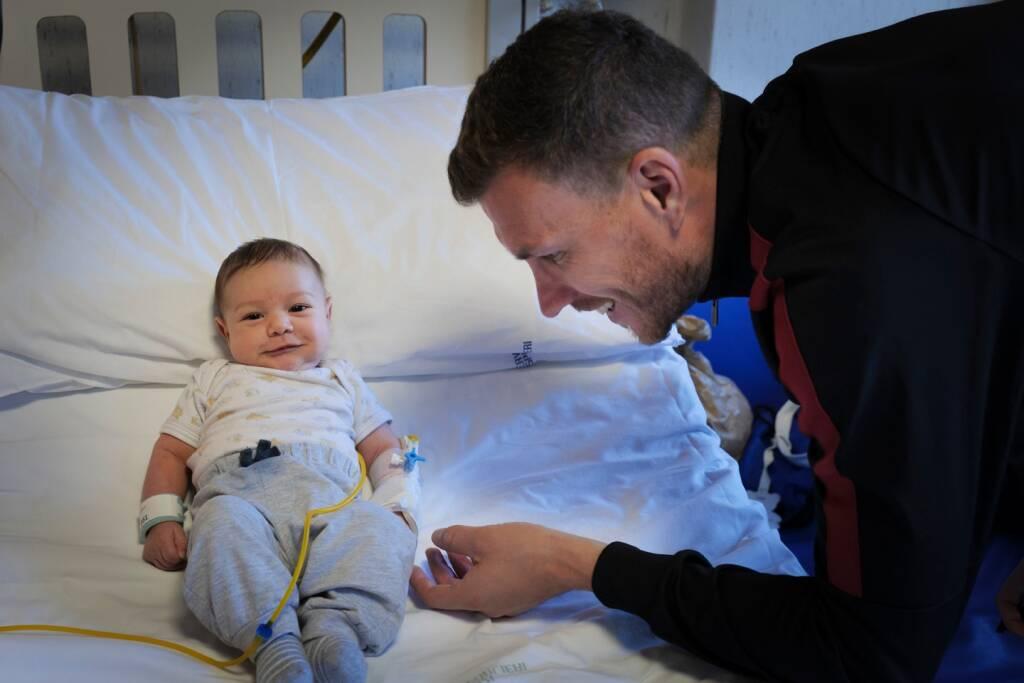 dzeko e spinazzola in visita all'ospedale pediatrico bambino gesù di palidoro