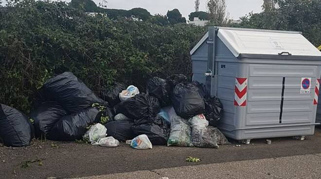 rifiuti abbandonati in strada
