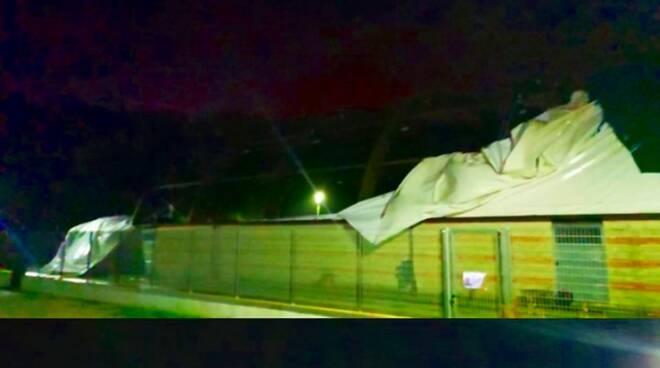Tempesta di vento a Ponza: strappato il telone della tensostruttura