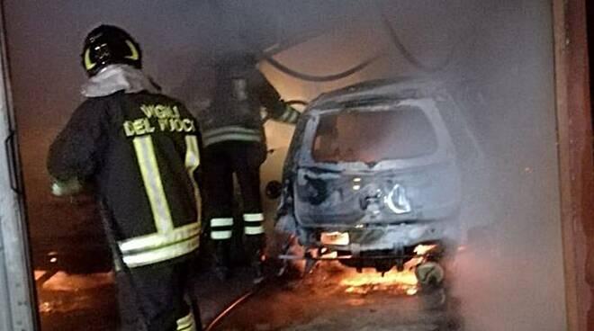 incendio auto latina