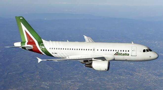 Scalo d'emergenza sul volo Roma-New York per un passeggero 'indisciplinato' - Cronaca
