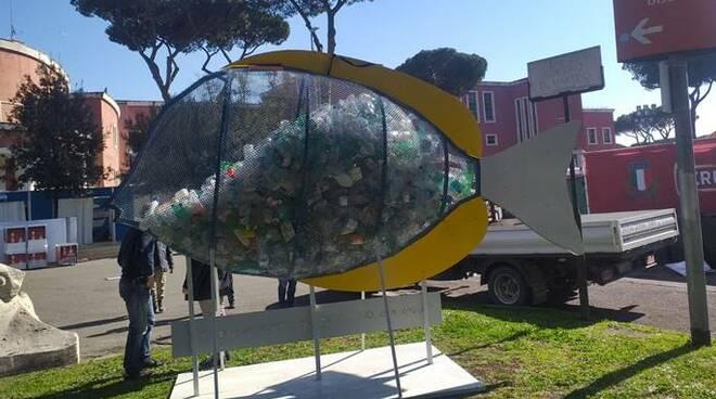 pesce mangia plastica