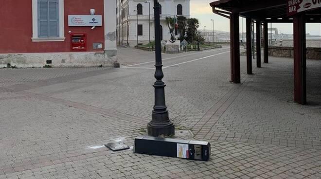portacenere vandalizzati civitavecchia