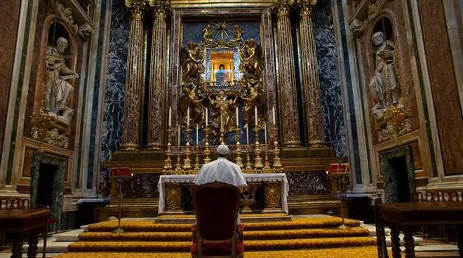 Vaticano, il Papa prega il Rosario in mondovisione per invocare aiuto nella pandemia