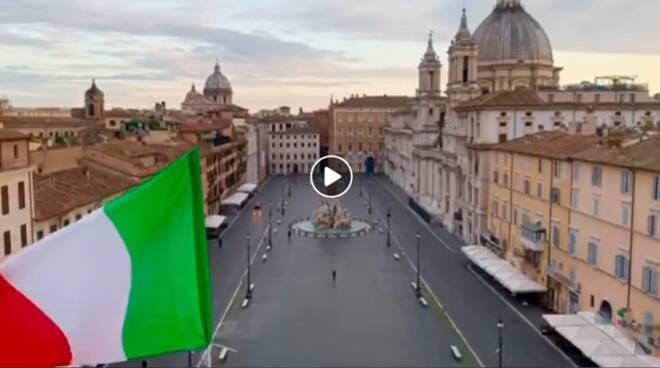 Coronavirus: l'emozionante video di un giovane chitarrista che suona in piazza Navona