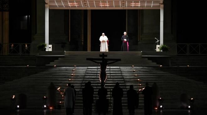 papa francesco via crucis venerdì santo 2020 in piazza san pietro deserta coronavirus