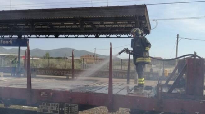 Incendio alla stazione di Fondi: in fiamme un treno merci