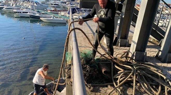 Formia, continua senza sosta il recupero di reti pericolose sparse sulla costa